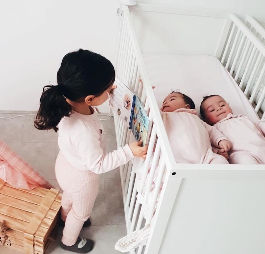 Dochter Alina (van Yasmine Berrag, Hijabsecrets) laat trots haar nieuwste kinderboek zien aan de tweeling.
