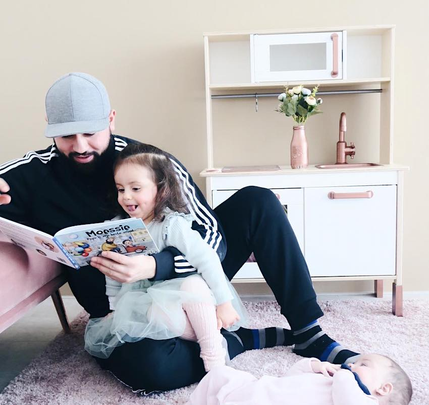 Dochter Alina (van Yasmine Berrag, Hijabsecrets) leest 'Moessie - Papa is mijn beste vriend' voor.