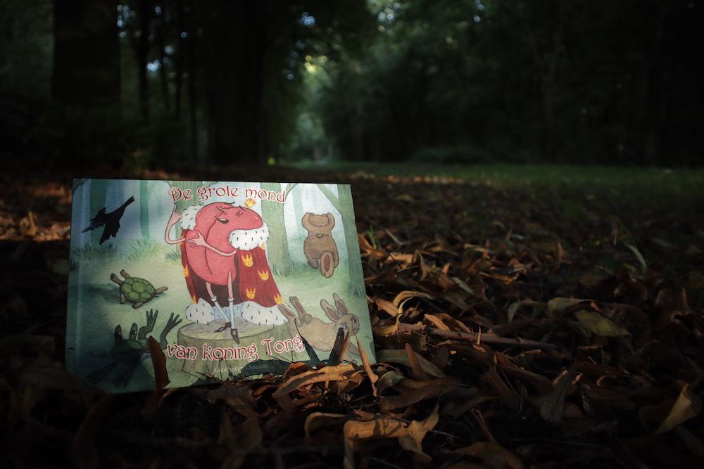 Kinderboek van koning Tong met een bosachtergrond